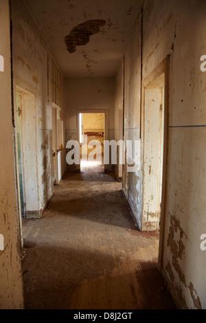 Corridor dans maison abandonnée, Kolmanskop Ghost Town, près de Lüderitz, Namibie, Afrique