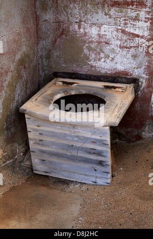 Toilettes dans la vieille maison abandonnée, Kolmanskop Ghost Town, près de Lüderitz, Namibie, Afrique