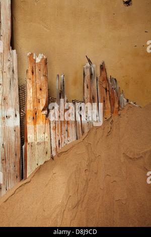 Weathered Wood dans la maison abandonnée, Kolmanskop Ghost Town, près de Lüderitz, Namibie, Afrique