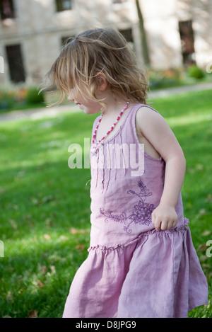 Petite fille s'amuser à l'extérieur