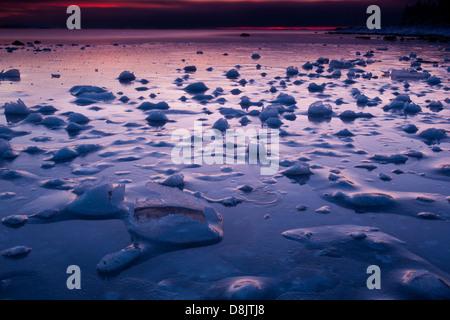 La glace fissurée et formations à Teibern en Larkollen, Rygge kommune, Østfold fylke, la Norvège. Banque D'Images