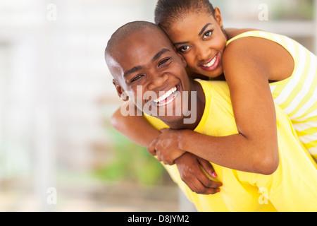 Portrait of young woman piggyback ludique Banque D'Images