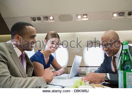 Les gens d'affaires travaillant dans un jet privé Banque D'Images