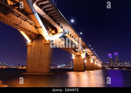 Pont sur la rivière Han à Séoul, Corée du Sud. Banque D'Images