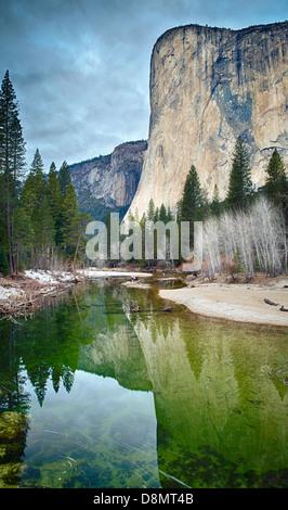El Capitan reflète dans la Merced River à Yosemite National Park