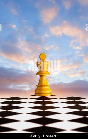 Nouvelle stratégie concept - un nouveau départ pour votre entreprise. Roi d'échecs sur le noir et blanc, avec l'aube ciel derrière.