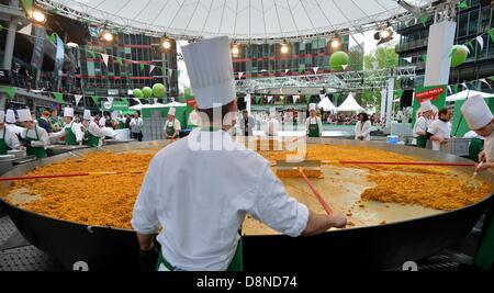 Berlin, Allemagne. 1er juin 2013. Les cuisiniers préparent la plus grande paella en Allemagne au cours d'une campagne de souscription au Sony Center de Berlin, Allemagne, 01 juin 2013. Photo: Britta Pedersen/dpa/Alamy Live News