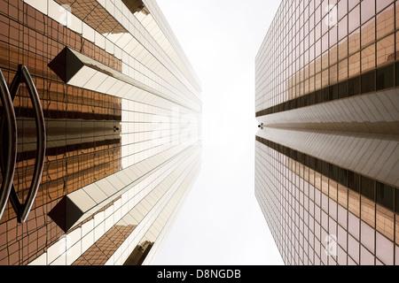 Façades de couleur cuivre, Sheikh Zayed Road, DUBAÏ, ÉMIRATS ARABES UNIS Banque D'Images