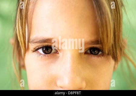 Les jeunes et les émotions, portrait of serious girl looking at camera. Libre d'yeux Banque D'Images