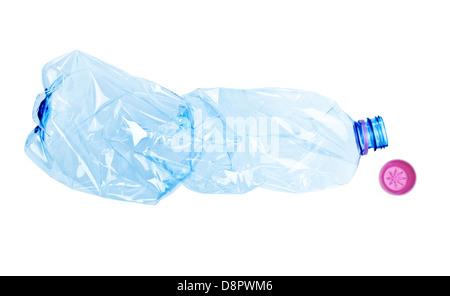 Bouteille de plastique froissé isolé sur fond blanc avec clipping path Banque D'Images