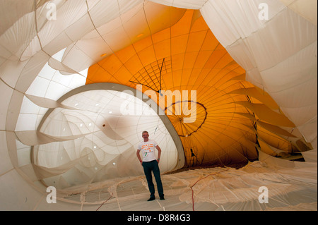 L'intérieur du ballon lors de l'inflation Churchill . Montgolfières au Bristol International de montgolfières 2011 Banque D'Images