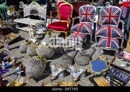 La chaises, bric-à-brac, d'antiquités et de produits d'occasion d'occasion à vendre au marché aux puces en ville Banque D'Images