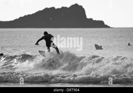 La plage de FISTRAL, Newquay, CORNWALL, UK. Pas de surfer une vague dans la mer à la plage de Fistral.
