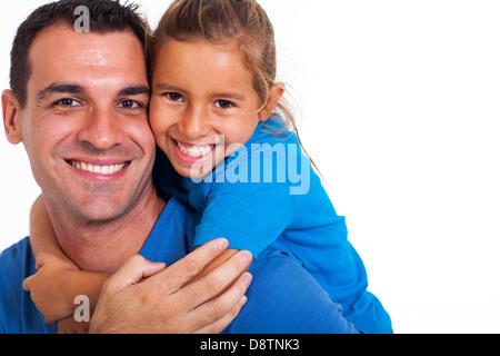De joyeux piggyback ride à sa fille sur un fond blanc. Banque D'Images