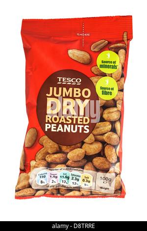 Un paquet d'arachides rôties à sec jumbo Tesco sur fond blanc Banque D'Images