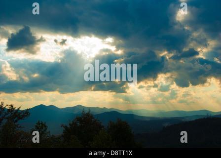 Le soleil qui rayonne à travers les nuages orageux sur Blairsville, en Géorgie dans les montagnes Blue Ridge. USA. Banque D'Images