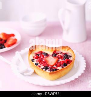 Fruits d'été en forme de cœur tartelettes Banque D'Images
