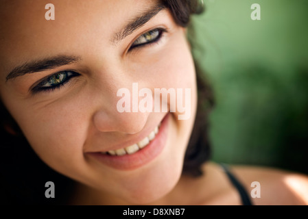 Jolie fille aux yeux verts, portrait of happy young hispanic woman looking at camera et souriant. Sequence Banque D'Images
