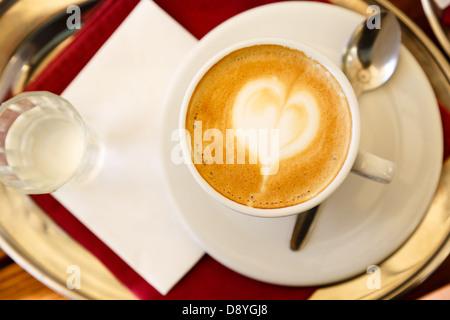 Café espresso café décoré d'art avec coeur en mousse Banque D'Images
