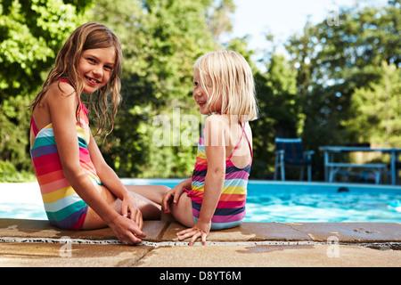 Portrait de deux jeunes filles au bord de la piscine Banque D'Images