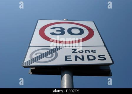 Panneau routier indiquant la fin de 20mph zone et début de zone 30 mph