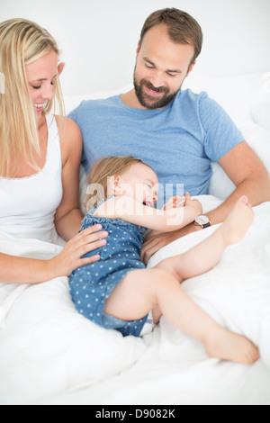 Portrait de fille heureuse, mère et père