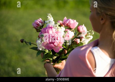 Femme portant un bouquet de fleurs, Fejan, archipel de Stockholm, Suède.