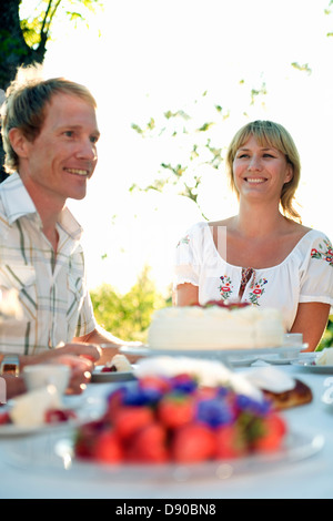 Deux personnes et un gâteau aux fraises, Fejan, archipel de Stockholm, Suède.