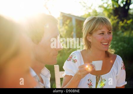 Une femme tenant une tasse de café, Fejan, archipel de Stockholm, Suède.