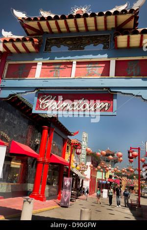 Passerelle de cérémonie avec l'architecture traditionnelle chinoise dans le Chinatown Los Angeles California USA Banque D'Images