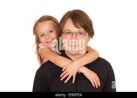 Père l'piggyback ride à sa fille. Isolé sur fond blanc. Banque D'Images