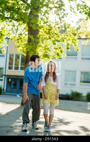 Les adolescents en face de bâtiment de l'école Banque D'Images