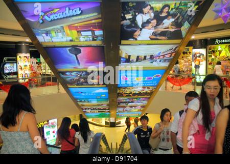 Singapour publicité commercial de Bugis Junction escalator homme femme asiatique Banque D'Images