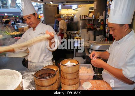 The Shoppes at Singapour Marina Bay Sands shops chef cuisinier homme asiatique restaurant food court rendant nouilles Banque D'Images