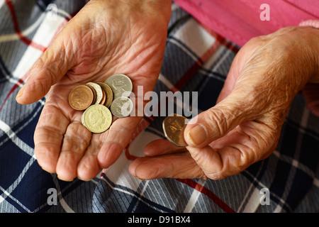 L'argent, des pièces de monnaie dans les mains d'une femme âgée, Close up de l'argent dans des mains de femme plus âgée