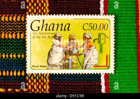 Timbre-poste avec tissu kente, Ghana, en studio Banque D'Images