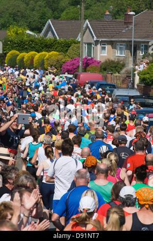 Llanwrtyd Wells, Royaume-Uni. 8 juin 2013. Les coureurs commencent à partir de la place de la ville. Plus de 400 coureurs en compétition contre 65 chevaux dans l'Homme Cheval V 23 km marathon, sur un terrain montagneux difficile.L'événement a été conçu par Gordon Green à son bras la pub Neuadd en 1980 après avoir entendu une discussion pour savoir si un homme était égale à un cheval qui cross country à distance. Le prix en argent pour battre un cheval a été augmenté chaque année jusqu'à 1 000 € par Huw Lobb a gagné £25 000 en 2004 en battant le premier cheval de 2 minutes avec un temps de 2:05:19. Credit: Graham M. Lawrence/Alamy Live News.