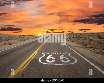 Signe de la chaussée Route 66 lever du soleil dans le désert de Mojave en Californie. Banque D'Images
