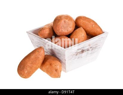 La patate douce, riche en vitamines et minéraux, en conteneur en bois blanc isolated over white Banque D'Images