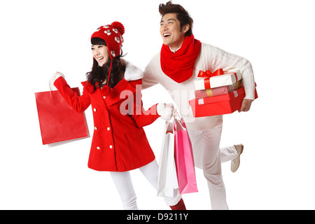 Young couple holding Christmas gifts Banque D'Images