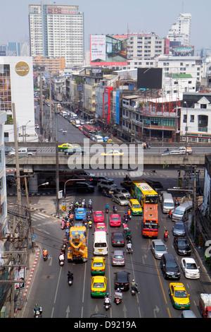Ratchathewi Bangkok trafic Pratunam urban bus taxi aérien ville bâtiments Banque D'Images