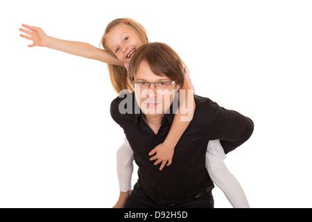 Man giving piggyback ride pour une petite fille qui lève la main vers le ciel. Isolé sur fond blanc. Banque D'Images