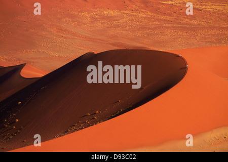 Les gens des dunes de sable d'escalade à Sossusvlei, Namib-Naukluft National Park, Namibie, Afrique Banque D'Images