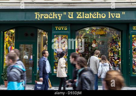 Jouets et marionettes shop dans la rue de Prague, République Tchèque Banque D'Images