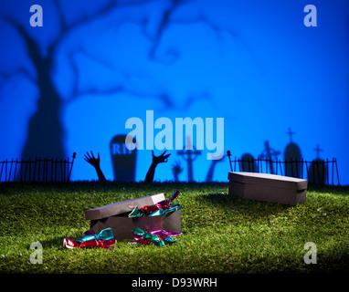 Cercueil Halloween sur pelouse avec des sucreries et bonbons Banque D'Images
