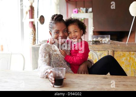 Mère et fille de détente Banque D'Images