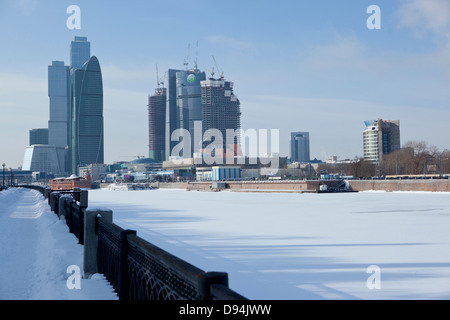 Vue sur la rivière Moskva congelé à Moscou ville, Moscou, Russie Banque D'Images