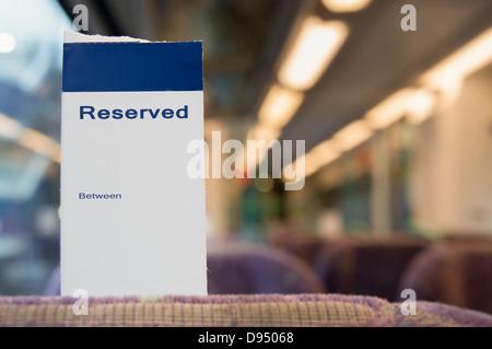 Billets réservés en blanc sur le siège d'un train de la classe standard Banque D'Images