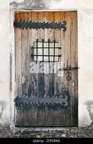 Une porte de bois d'un vieux bâtiment abandonné Banque D'Images