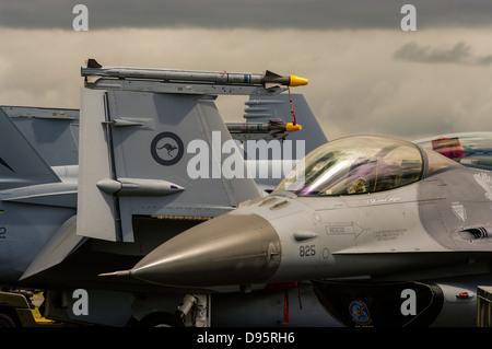 Vue rapprochée d'un F-18 de la RAAF et un USAF F-16 Fighting Falcon de chasse.